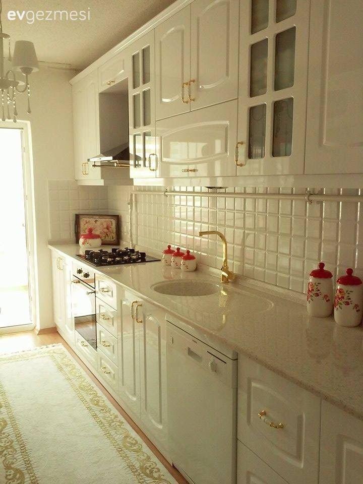 Beyaz mutfaklar, modern veya country stil, parlak veya mat fark etmeksizin son dönemin en popüler seçimleri.. Aydınlık ve ferah görünümünün yanında, dekoratif objelerle uyum sağlamanın ve küçük değişi...