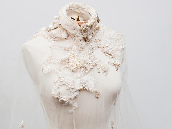 Ceux qu'ils nous restent, 2003 Aurélie Lanoiselée brode mais se définit avant tout comme une créatrice textile. Maîtrisant à la perfection les techniques traditionnelles, elle bouleverse les codes …
