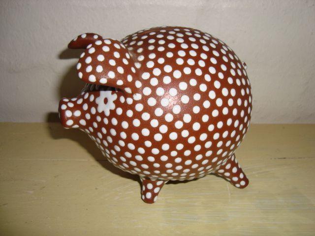 ZEUTHEN sparegris/money box. År/year 1940-50s. #ZEUTHEN #sparegris #sparebøsse #moneybox #keramik #ceramics #pottery #danishdesign #nordicdesign #klitgaarden. SOLGT/SOLD from www.klitgaarden.net.