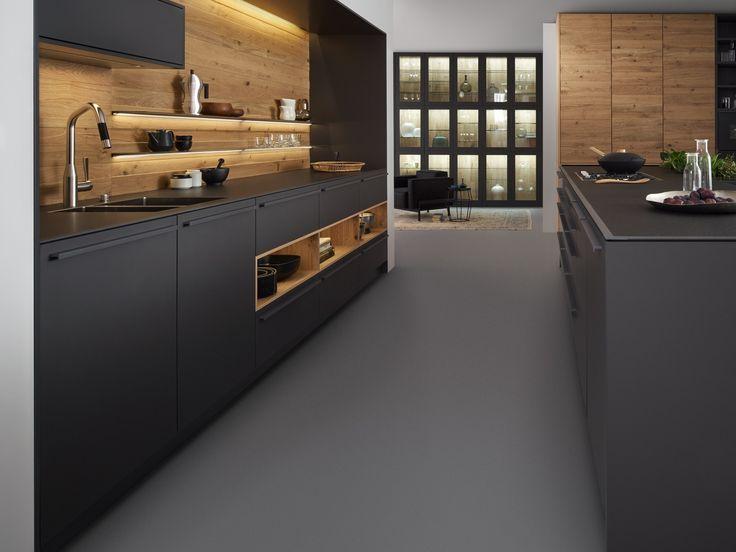 Küche aus massivem Holz mit Kücheninsel