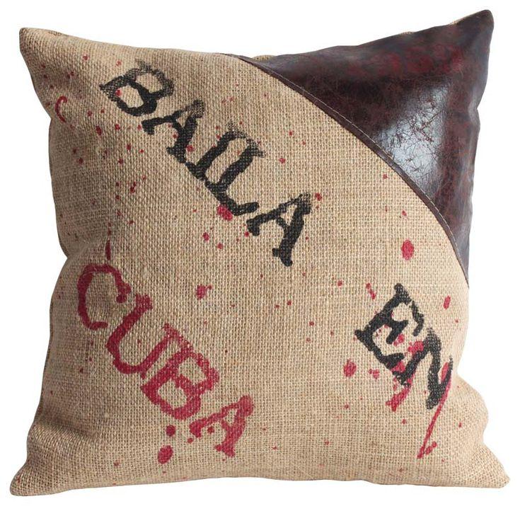 """Pernă decorativă """"Loft Cuba"""" - un pic fistichie şi tocmai de aceea simpatică. Are învelitoarea confecţionată din pânză de sac, iar într-un colţ o bucată de piele sintetică."""