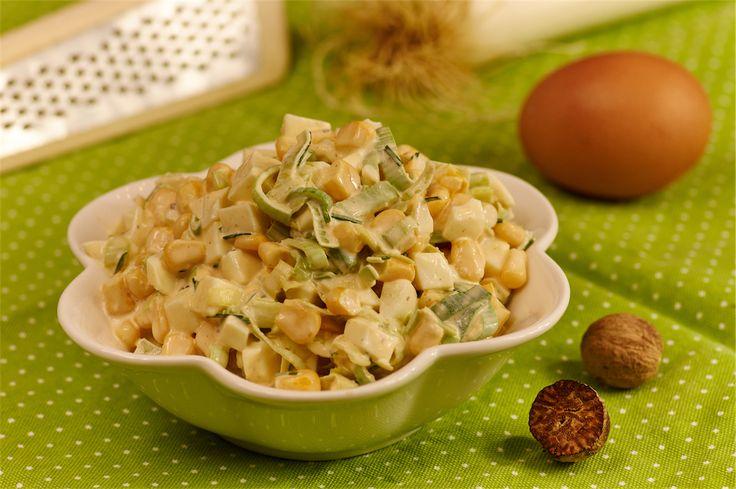 http://wielkiezarcie.com/przepisy/salatka-z-pora-i-jajek-/...1 mała puszka kukurydzy (pół szklanki) 1 młody por lub jasnozielona część dużego pora-sparzone wrzątkiem.. 4 jajka na twardo-w kostkę.. 1 łyżka majonezu opcjonalnie 2 łyżeczki gęstej śmietany szczypta soli świeżo wyciśnięty sok z cytryny do smaku szczypta kolorowego pieprzu szczypta gałki muszkatołowej opcjonalnie 2 łyżeczki posiekanego szczypiorku......komponuje się z pieczywem, wędlinami i kiełbaskami.