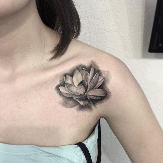Flower tattoo on collarbone whip shading by Yuliya Bukina-Nadtochiy | Collar bone tattoo, Tattoos, Tattoo shading