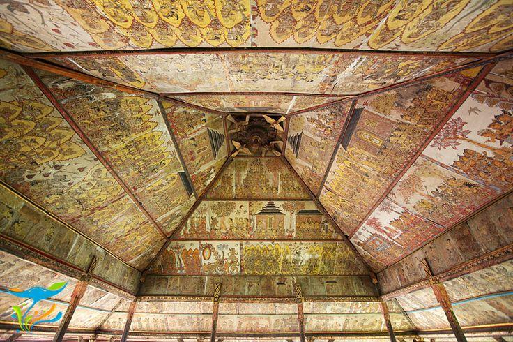 Langit-langit Paviliun Kerta Gosa dengan lukisan wayang khas Desa Kamasan yang menggambarkan tahapan-tahapan kehidupan manusia hingga mencapai nirwana.