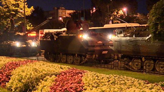 """""""Vatan"""" koruma altında  66'ncı Zırhlı Mekanize Piyade Tugay Komutanlığında çıkan 2 tank ve 5 zırhlı personel taşıyıcısı (ZPT) ile Vatan Caddesi'ndeki İstanbul Emniyet Müdürlüğüne saldıran darbecilere halk geçit vermedi. Darbecilere destek için gelen helikopterin inişi ise polislerin ateş açması sonucu geri püskürtüldü."""