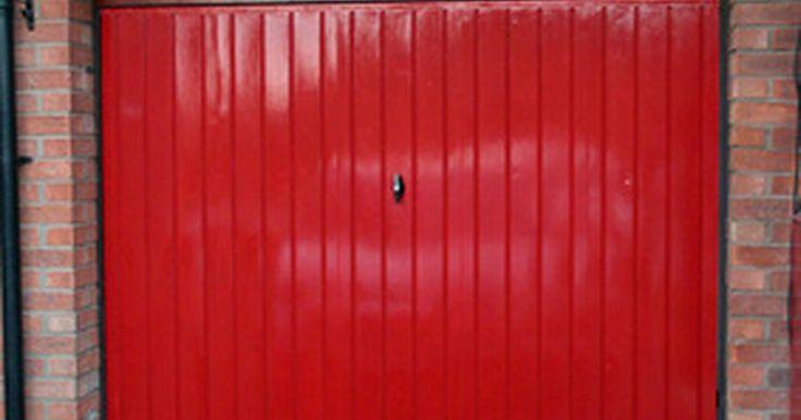Como consertar indentações no portão da sua garagem. Se você tiver um portão de garagem de alumínio ou aço, provavelmente já descobriu que, embora seja um item razoavelmente livre de manutenção, ele amassa facilmente. Você não tem que bater nele com o seu carro, apesar de isso acontecer com bastante frequência. Ainda, uma bola de futebol perdida ou crianças que usam o portão da garagem como traves ...