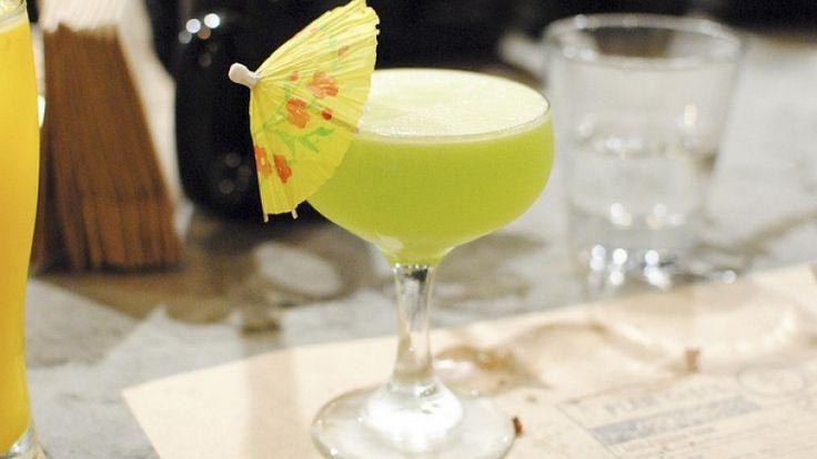 Cocktail verde con ombrellino: Midori sour, a base di liquore al melone
