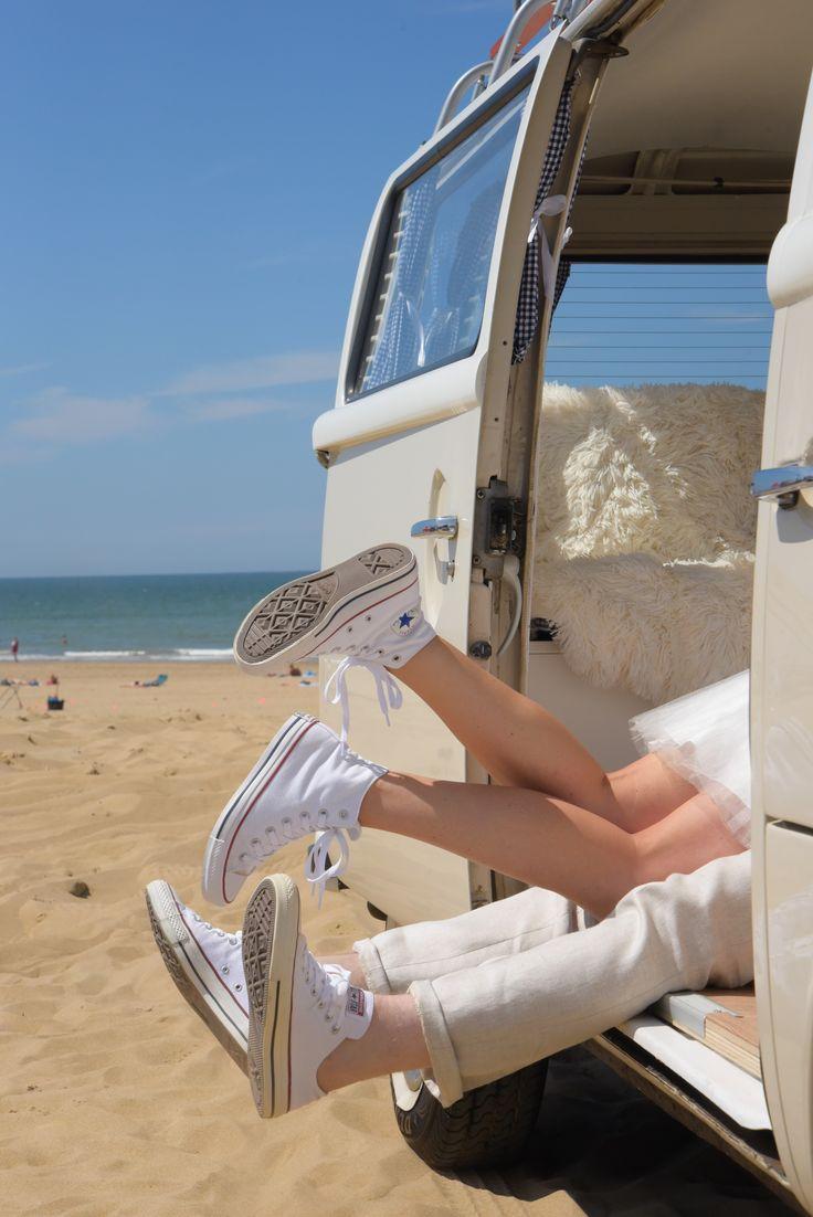 Kissing in the car. VWlovers. Volkswagen van Sandy from DeVolkswagenbus.nl. Weddingcar. Beachwedding