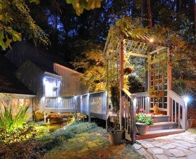 Doğru bir aydınlatma sistemi ile bahçenizin gece görüntüsüne de doyum olmaz. #villa #site #yazlık #konut #ev #gece #TasarımPeyzaj #aydınlatma