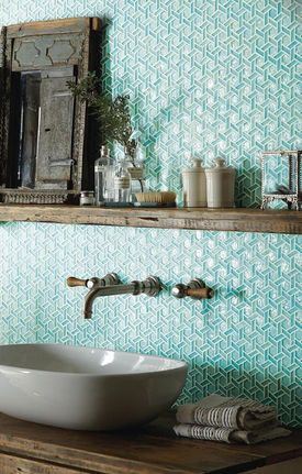 Łazienka ze szklaną turkusową mozaiką i stylowymi dodatkami