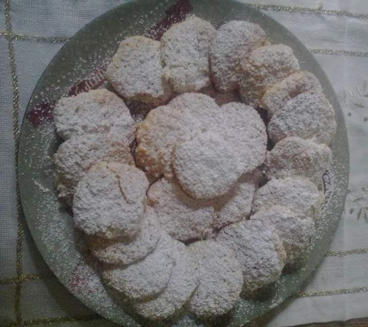 Biscotti al cocco: Ingredienti: 200 gr di farina di cocco 220 gr di zucchero semolato 60 gr di farina 00 2 uova grandi Preparazione: sgusciamo le uova e le