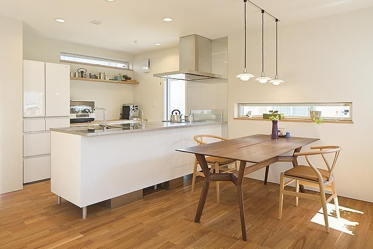 スタイリッシュなキッチンと濃色ブラックチェリーの床 テーブルが調和