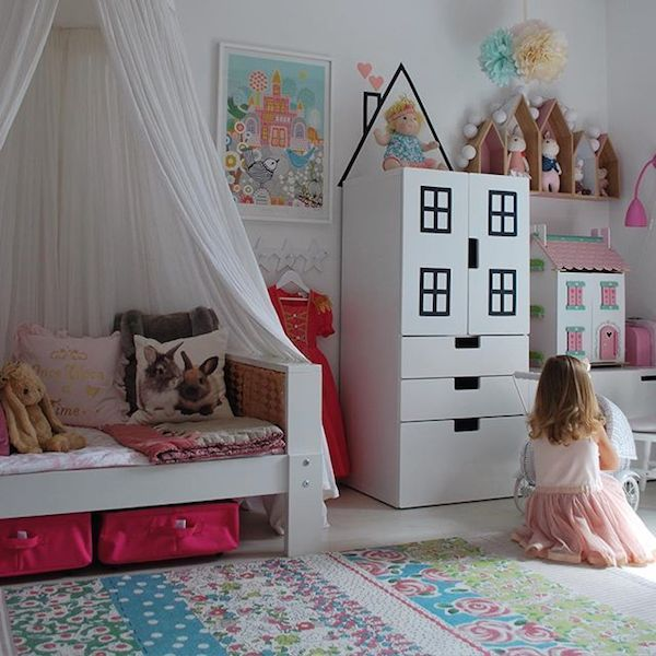 Some time ago we showed  original children 's closets  including this furniture was a very simple idea to give it another go is to use washi tape or other black tape to draw windows on the furniture and a ceiling on the pared nice right?