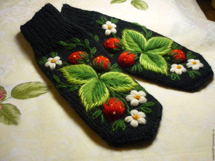 """Купить Варежки с вышивкой """"Сладкая ягода """" - черный, цветочный, варежки, варежки женские"""