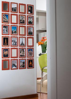 Espelhos de moldura laranja... prenda as fotos com dupla face. Na parede, colar com dupla face banana, que é mais resistente e não precisa furar.