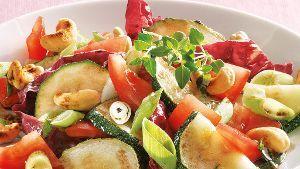 Rezeptbild: Zucchinisalat mit Cashewkernen (Quelle: TLC Fotostudio)