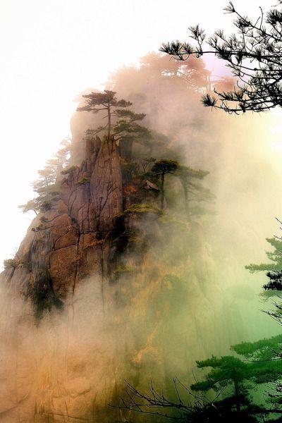 """Optik-Erregung: """"Eingehüllt in Nebel, Huangshan, China von Nr. H.D."""""""