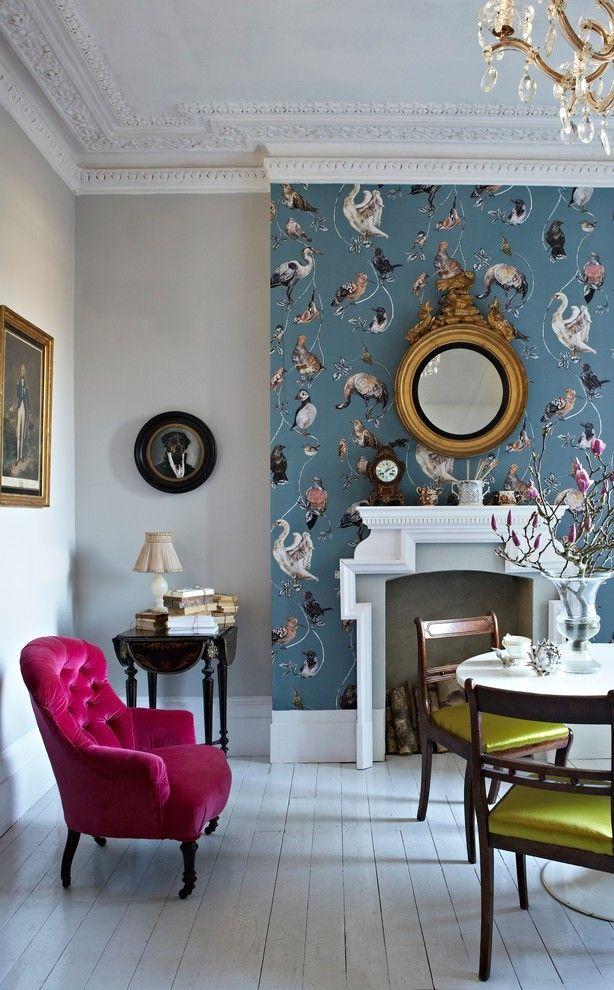 Зонирование гостиной: яркая центральная стена авторского оформления с однотонными стенами. Гипсовая лепка, зеркало в массивной металлической раме, бархатная и атласная обивка кресел и т.д. – традиционный английский стиль