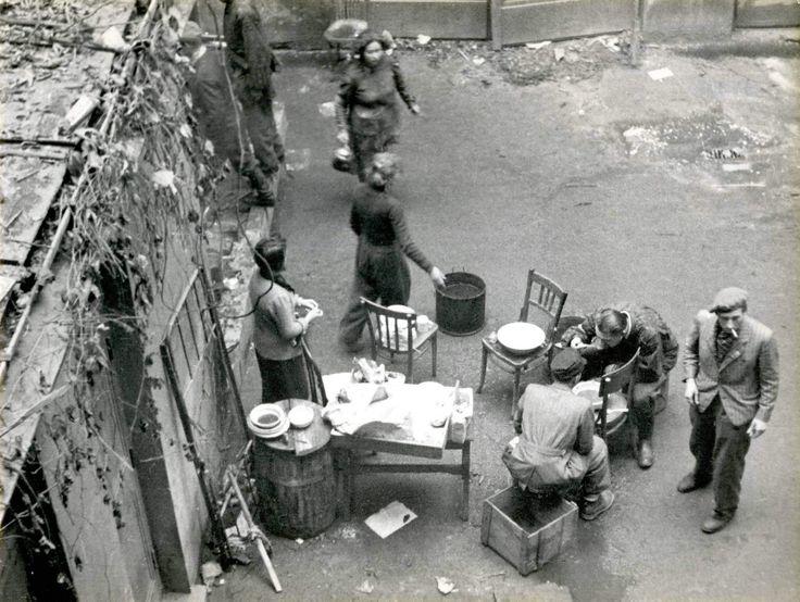 Społeczne kuchnia na podwórku powstańczej Warszawy, fot. Muzeum Powstania Warszawskiego