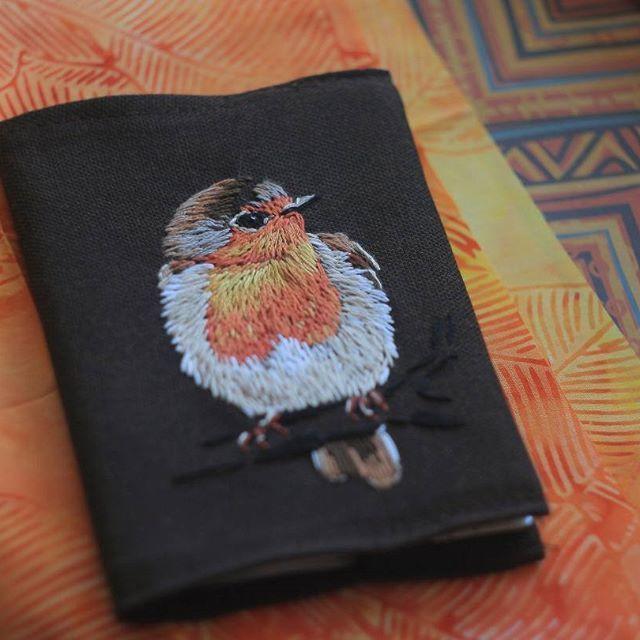 Малиновка! #embroidery #passport_cover #bird #handmade #вышивка #обложка_для_паспорта #птица #малиновка #зорянка #ручнаяработа