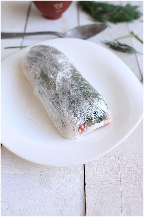 Le saumon gravlax est une recette d'origine scandinave où le saumon marine dans un mélange de sucre, de sel et d'aneth pendant 24-36h avant d'être servi tr