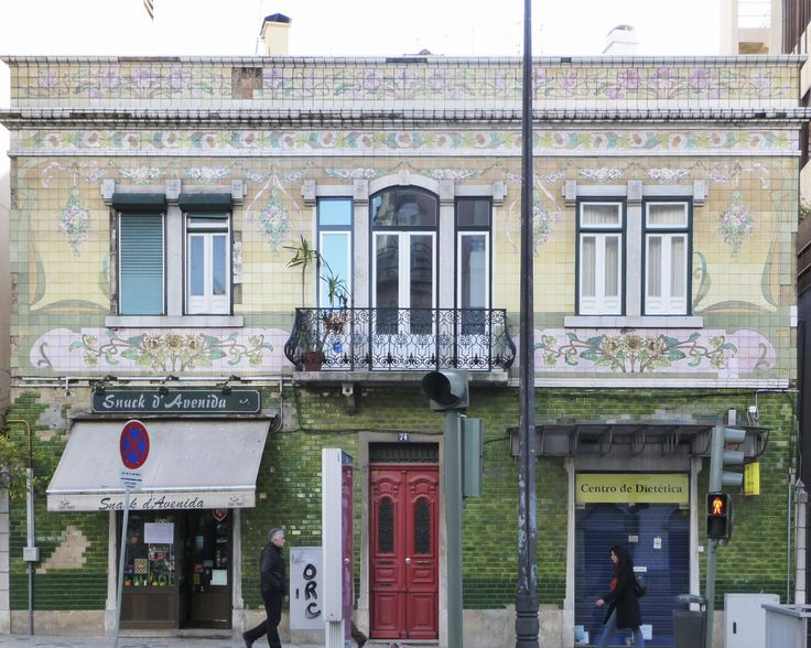 Alfredo Pinto | Lisboa | Avenida Almirante Reis, Fachada Arte Nova / Art Nouveau façade | 1911 [© Ana Almeida] #Azulejo #AzulejoDoMês #AzulejoOfTheMonth #Flores #Flowers #ArteNova #ArtNouveau #Lisboa #Lisbon
