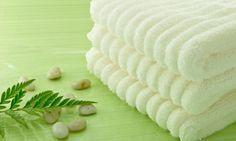 Toallas: Si queremos eliminar este olor tan desagradable de nuestras toallas podemos usar un chorro de amoniaco diluido con el detergente. Y a la hora de utilizar un suavizante optar por una taza pequeña de vinagre en el cajetín. Además, no utilizando suavizante harás que sean másabsorbentes. El vinagre también nos será útil para eliminar las pelusas de las toallas nuevas.