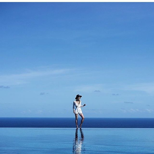 Walking on water 💦 @littleblackboots at Alila Villas #uluwatu #thebalibible #bali #mybalibible #travel #indonesia #alilavillas #ulus @alilavillasuluwatu
