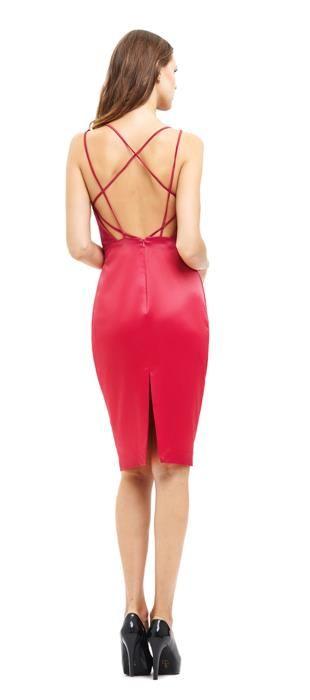 Vestido midi de alça de crepe welsh. O modelo tubinho com recortes modernos inspirados em tendências atuais, como o strappy bra, é a escolha perfeita para ocasiões que exigem um look casual chic sem d...