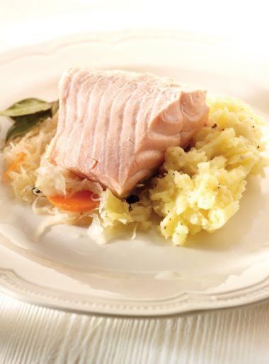Verse zuurkool met zalm en aardappelpuree  http://njam.tv/recepten/verse-zuurkool-met-zalm-en-aardappelpuree