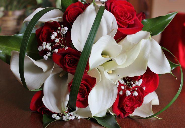 Ramo de rosas rojas y calas blancas con toque de paniculata #ramosdenovia #unico #exclusivo #diseño #flores #rosas #calas #arreglosflorales #novias #celebracion #leavesdesign