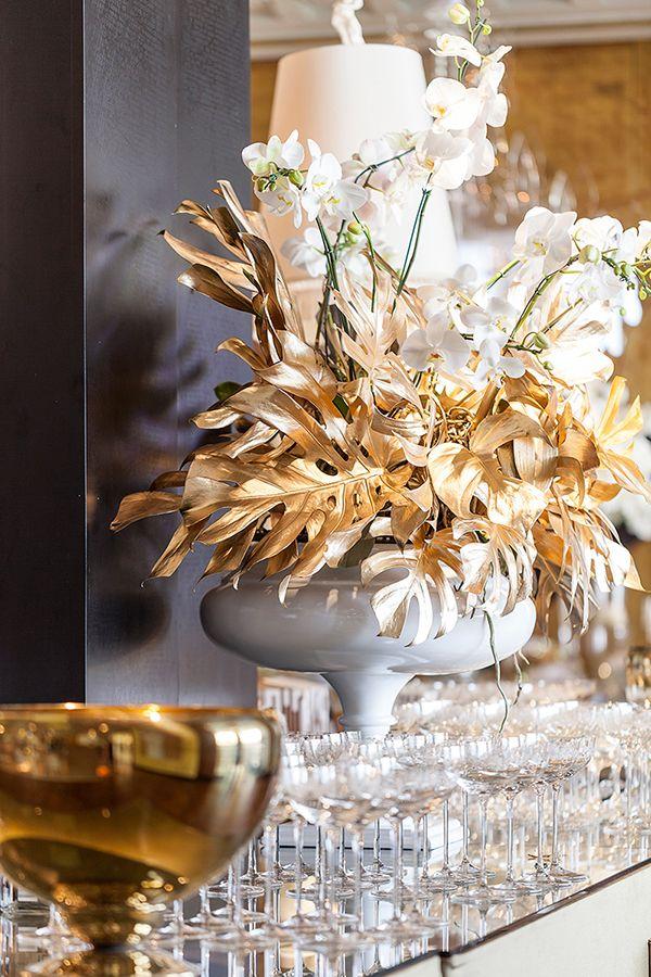 Decoração lançamento revista Constance Zahn Casamentos - branco e dourado - arranjo de folhagem pintada e orquídeas phalaenopsis ( Decoração: Cenográphia | Foto: Julia Ribeiro )