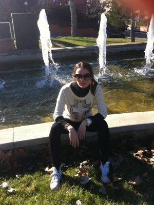 donna_mod Outfit  informal paseo converse zapatillas.  Invierno 2012. Combinar Sudadera Blanca Bershka, Deportivas Blancas Converse All Star, Gafas Rojo Granate Guess, Cómo vestirse y combinar según donna_mod el 9-1-2013