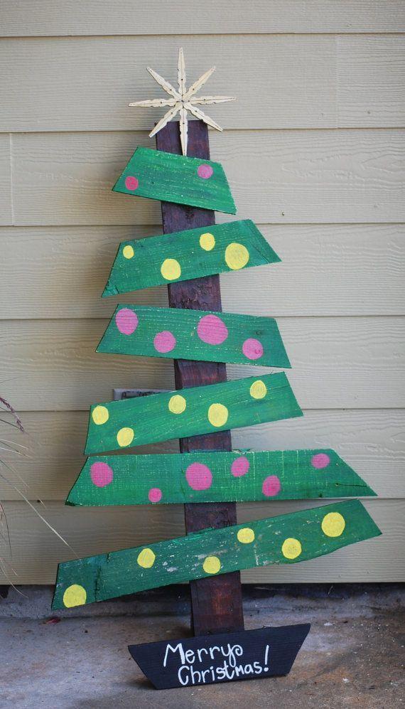 Sapin de Noël coloré en palette  http://www.homelisty.com/15-sapins-de-noel-originaux-en-palette-photos/