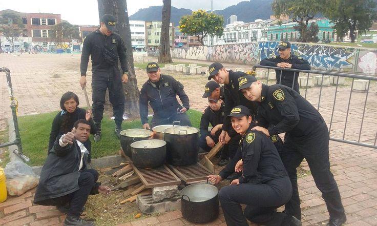 El ESMAD deja a un lado su armadura y su casco, para preparar un suculento almuerzo a los habitantes de calle. #Hermandad #Compañerismo #Amistad #Compromiso