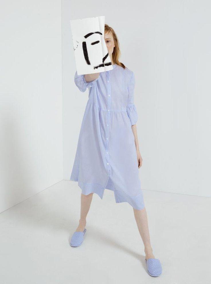 Ο καλλιτέχνης Ernesto Artillo συνεργάζεται με την Oysho για να παρουσιάσει τη νέα κολεξιόν Sleepwear SS17.  Το στυλ ready-to-wear επικεντρώνεται στην καλλιτεχνική γοητεία της νέας κολεξιόν sleepwear της Oysho. Άνετα και ελαφριά σχέδια που εκφράζονται σε ενδύματα σε στυλ πουκαμίσου, φορέματα σε μήκος μίντι και ριχτά παντελόνια και μπλούζες με βολάν.
