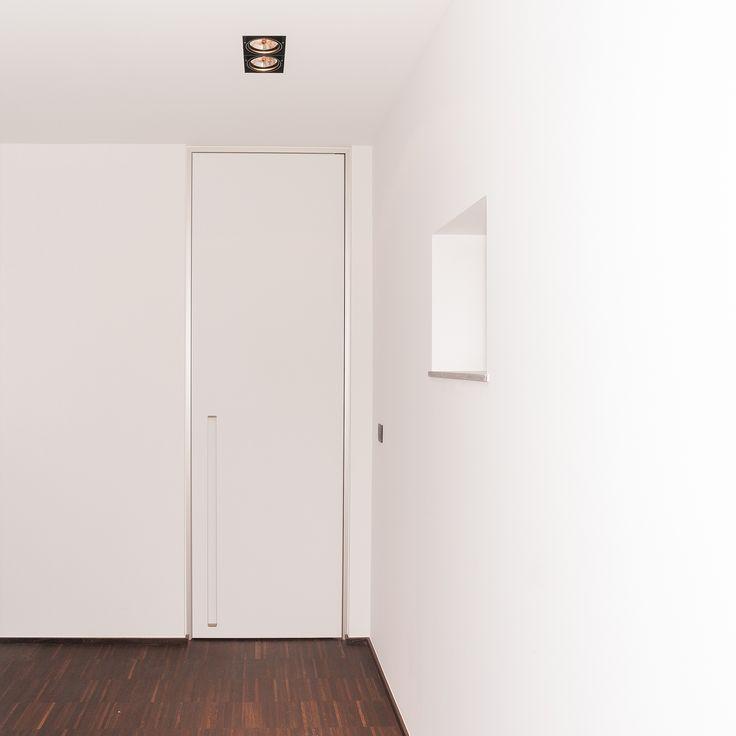 Moderne binnendeur met ingebouwde greep. De binnendeur zonder klink wordt op maat gemaakt en de greep kan naar wens in de kleur van de deur of met lichtdoorlatende plexi uitgerust worden.
