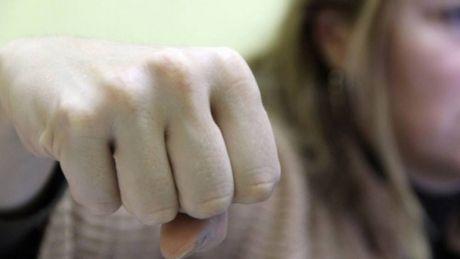 NO COMMENT: Trei femei îşi împart PUMNI ŞI PICIOARE din cauza unui bărbat