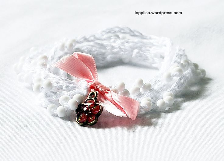Virka smycken med pärlor Bli sommarfräsch med ett nytt virkat smycke! Här hittar du en gratis beskrivning för virkade armband eller halsband med pärlor. Pärlorna ska träs på garnet innan du börjar virka. Sedan handlar det om luftmaskor och knutar. Beskrivning Inspiration tagen från Lopplisa Follow Relaterade