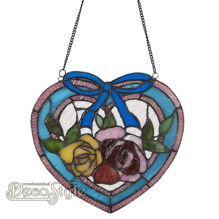 Tiffany Raampaneel Kydrani Heart  Raampaneel in de vorm van een hart met bloemen en een strik. Kan ook aan de wand worden gehangen. Helemaal met de hand gemaakt van echt Tiffanyglas. Dit originele glas zorgt voor de warme uitstraling. Met ketting om het paneel op te hangen. Afmetingen: Hoogte: 24 Breedte: 26 Diepte: 0.5 cm