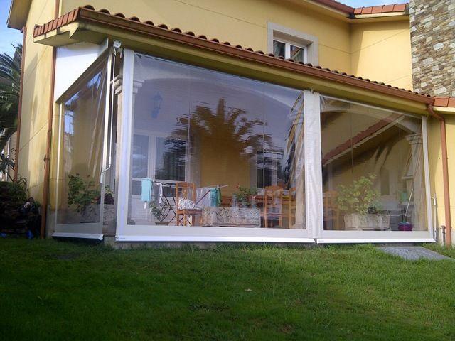 Toldo cortina totalemente encajado en este porche de A Coruña para sacarle más provecho en invierno.
