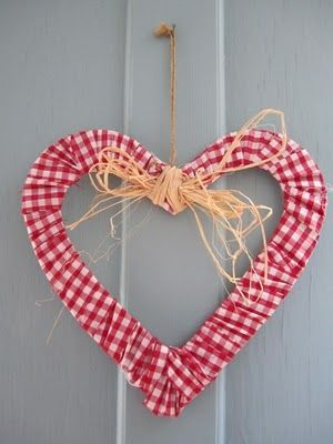 dots and spots - A Gingham Wreath - it's just gingham fabric wrapped around a heart frame and glued. Add a raffia bow and hanger, and you're done