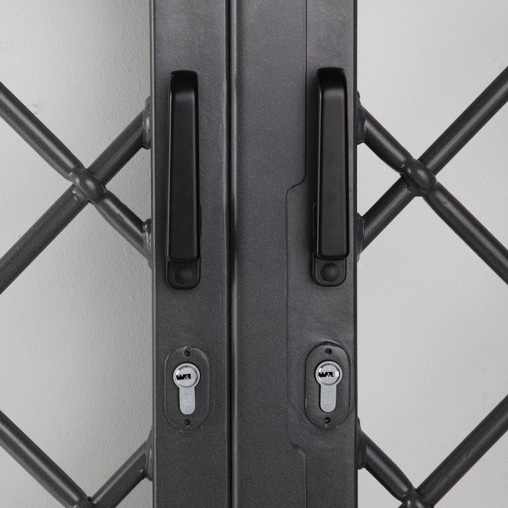 Dettaglio frontale della doppia maniglia con doppio cilindro europeo.