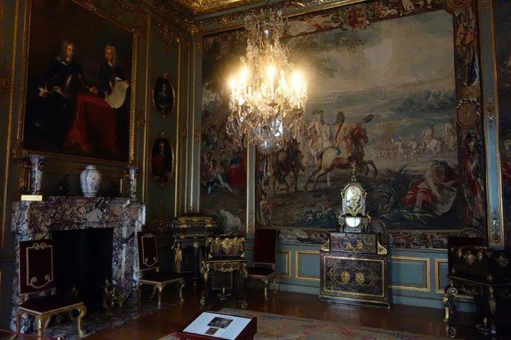 Queen Anne ile arkadaşı Sarah Churchill'in arası bozulunca para yardımı da kesilmiş. Sarayın yapımında eksik kalanlar olmuş. Anne ölene kadar Dük ve Düşeş sürgünde kalmışlar… 1774′e kadar… Daha fazla bilgi ve fotoğraf için ; http://www.geziyorum.net/blenheim-palace/