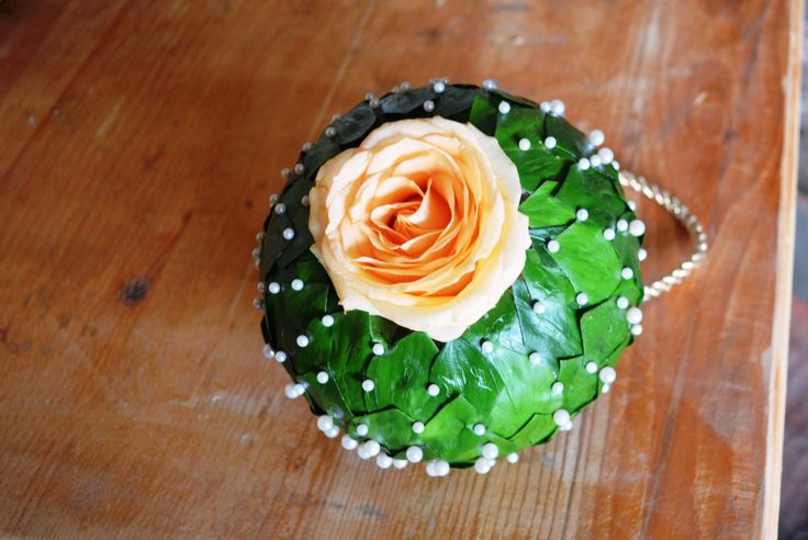 Buchet pomander realizat cu frunze de ruscus si trandafr Avalanche