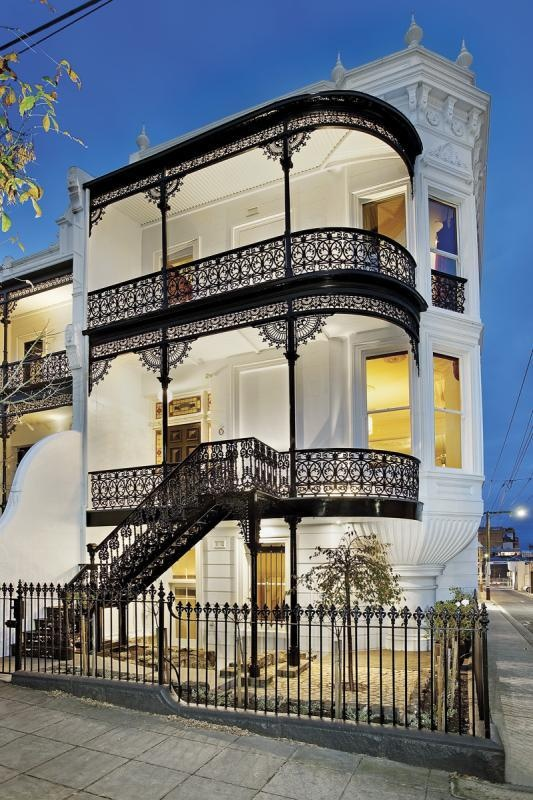This house, Waterloo, is part of a row of Italianateterraces in Avoca Street, South Yarra, Melbourne, Victoria which are each named after a battle. Togetherthey form Lee Terrace, named after the architect and dating from 1890.
