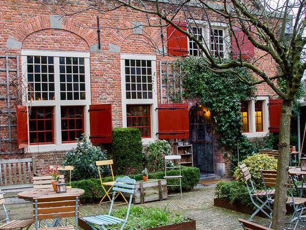 De Koffieschenkerij Amsterdam  een rustig plekje in hartje Amsterdam naast de Oude Kerk. Juni 2017.