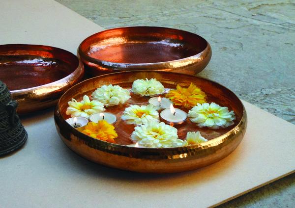 Egal ob man den Teller mit Blumen oder mit Kerzen dekoriert, er strahlt immer Eleganz und Schönheit aus.
