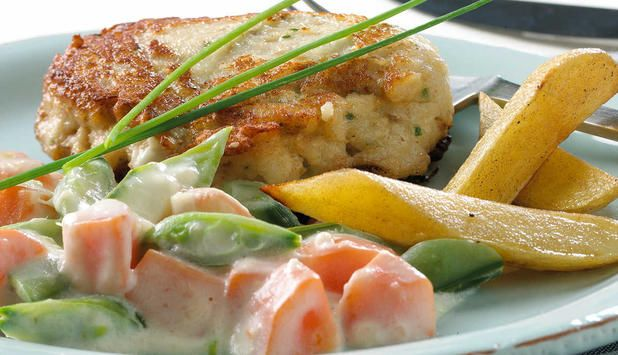 Seikarbonader kan du enkelt lage selv. Det er bare å kjøre det sammen i en foodprosessor, forme kaker og steke i en panne. Serveres med gulrotstuing og kokt potet. #fisk #oppskrift