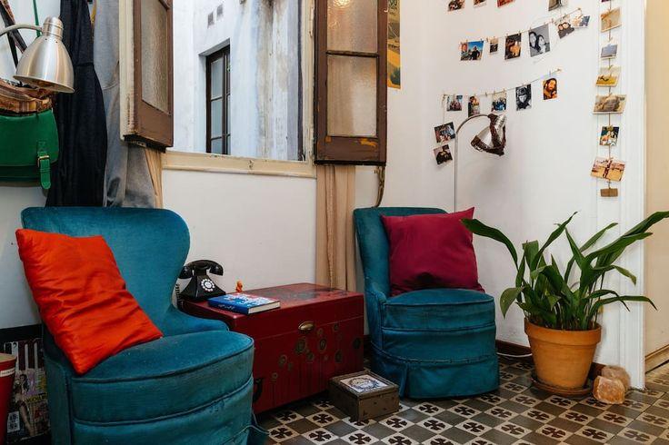 Appartement à Barcelone, Espagne. Bienvenue à ton propre studio au Centre de la Vila de Gracia! Spacieuse chambre+salon+terrasse de la typique architecture catalane! Commencez à découvrir Barcelone depuis le charmant quartier de Gracia! Nous vous aidons à profiter de la ville!  Fo...